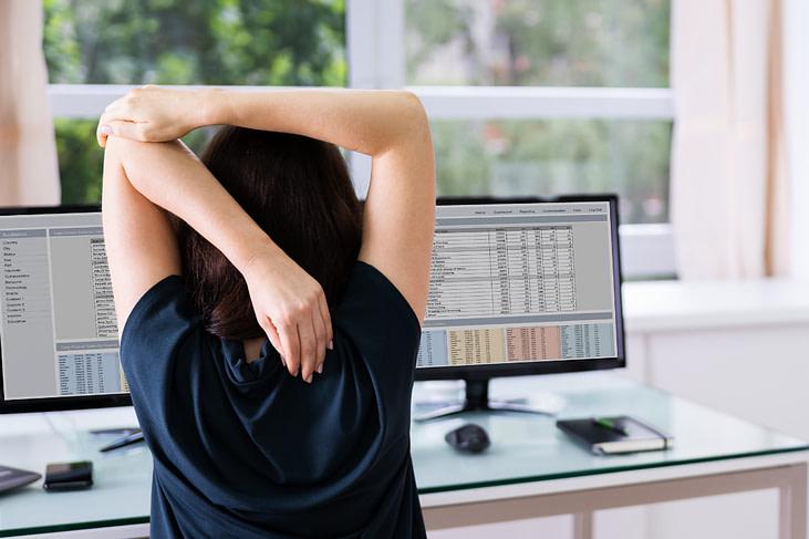 Migräne am Arbeitsplatz Schreibtisch dehnen